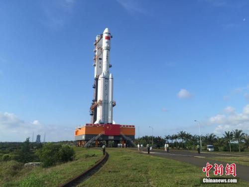 """4月17日7时30分,承载着长征七号遥二运载火箭与天舟一号货运飞船组合体的活动发射平台,垂直转运至发射区,标志着""""天舟一号""""飞行任务正式进入发射阶段。闫宁 摄"""