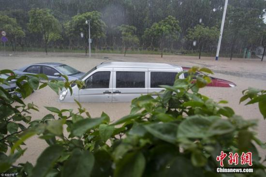 广东多地遭强降雨袭击 打破省3小时雨量极值
